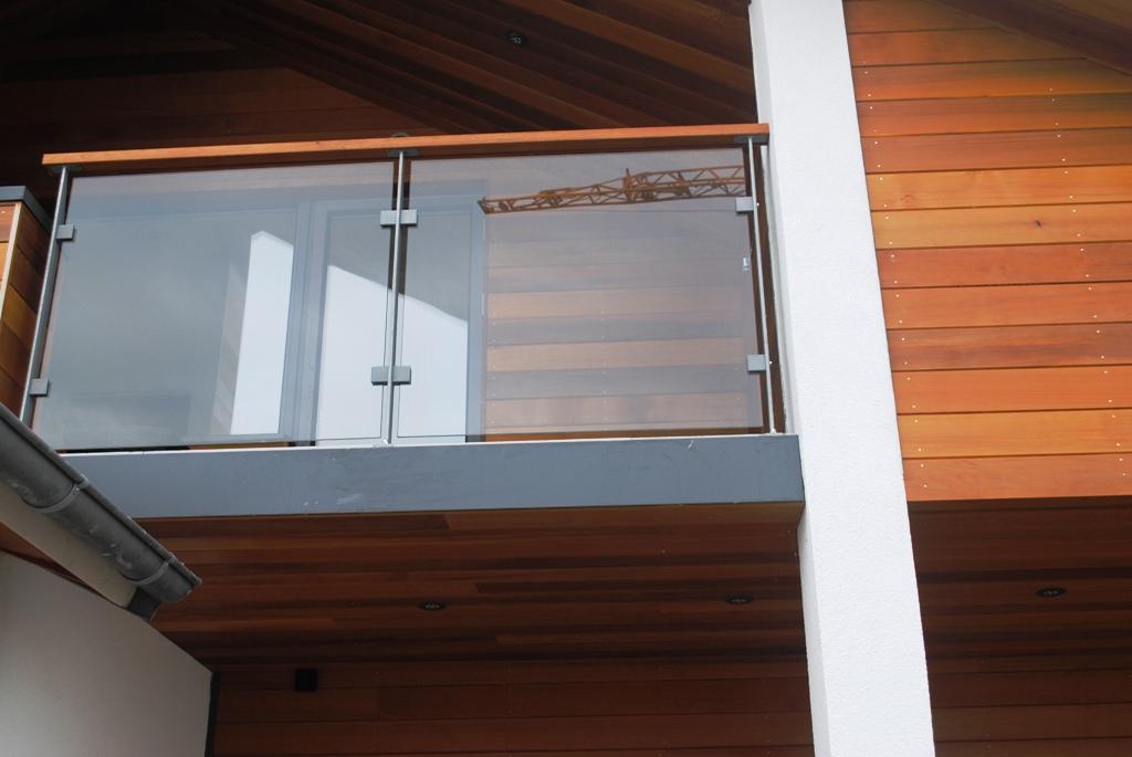 Galvaniserad stålräcke med glas
