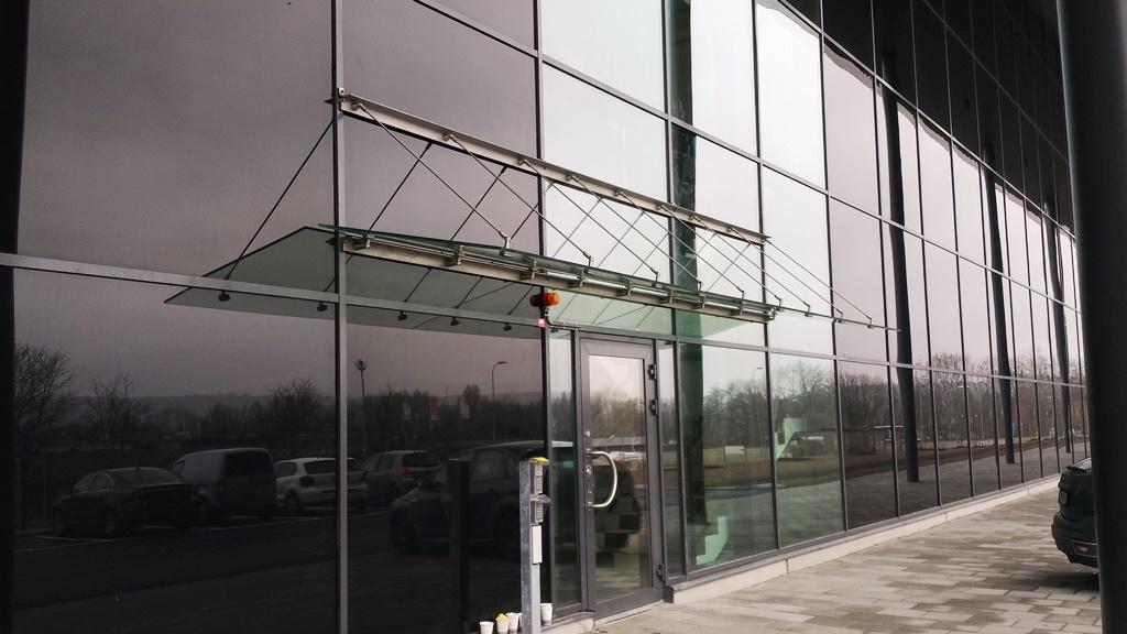 Laminerade säkerhetsglas med mellanliggande folier av PVB. Möjligheterna att designa sitt eget unika entrétak är i de närmaste obegränsad.